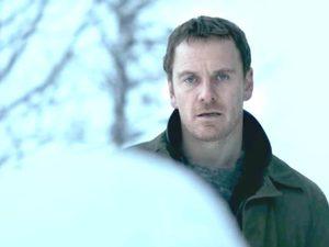 Майкл Фассбендер пьёт и расследует убийства в трейлере «Снеговика»